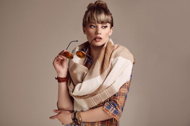 Mujer hermosa hippie rubia glamour con gafas vívidas