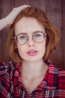 Mujer hermosa hipster mirando a la cámara