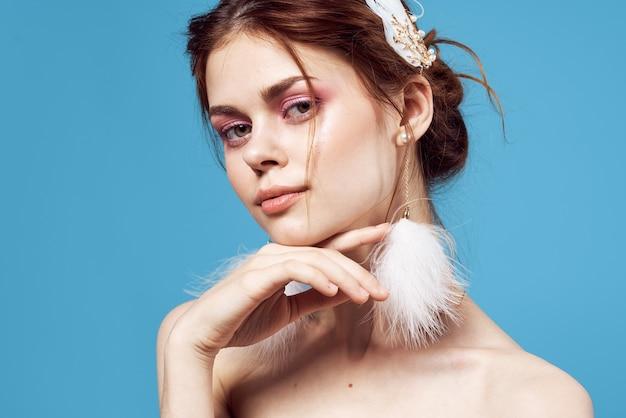 Mujer hermosa hombros desnudos pendientes encanto frescura cosméticos teléfono. foto de alta calidad