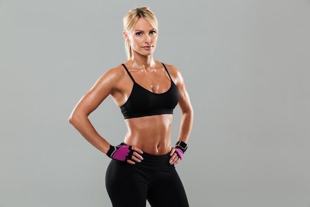 Mujer hermosa joven atleta posando