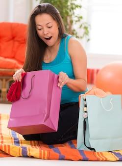 Mujer hermosa joven con bolsas de compras