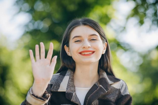 Mujer hermosa joven en una camisa en el parque