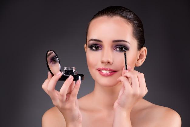 Mujer hermosa joven en concepto del maquillaje