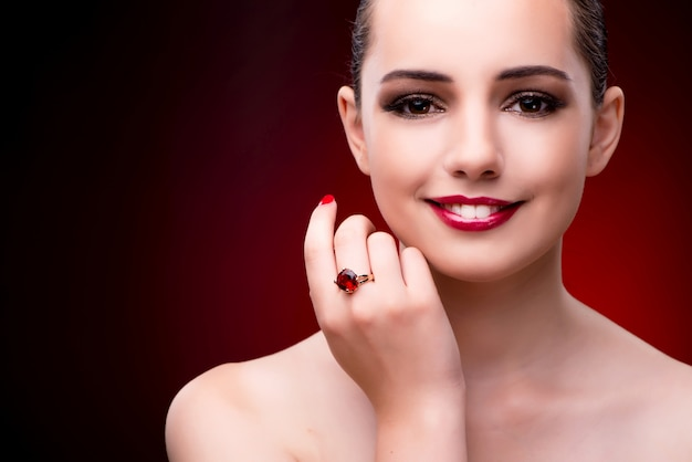 Mujer hermosa joven en concepto de la moda de la belleza