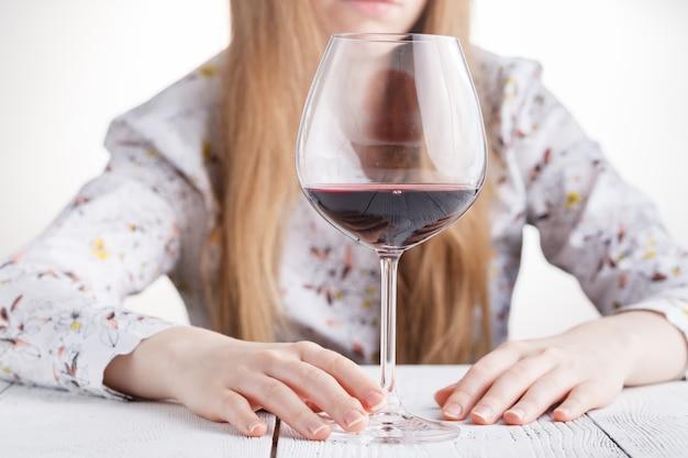 Mujer hermosa joven en depresión, beber alcohol