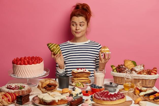 Mujer hermosa joven disfrutando de una cena saludable