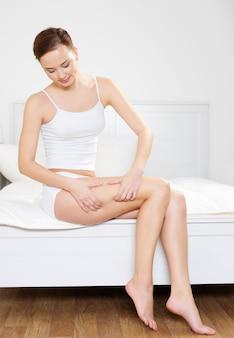 Mujer hermosa joven doblando la piel en sus caderas