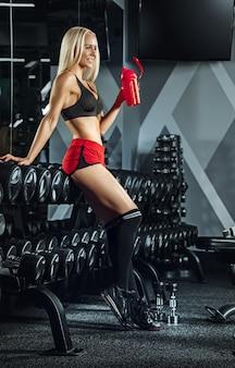 Mujer hermosa joven entrenando en el gimnasio. concepto de fitness, entrenamiento, deporte, salud.