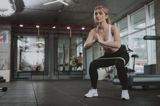 Mujer hermosa joven fitness ejercicio en el gimnasio