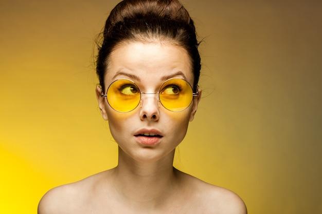 Mujer hermosa joven en gafas de sol