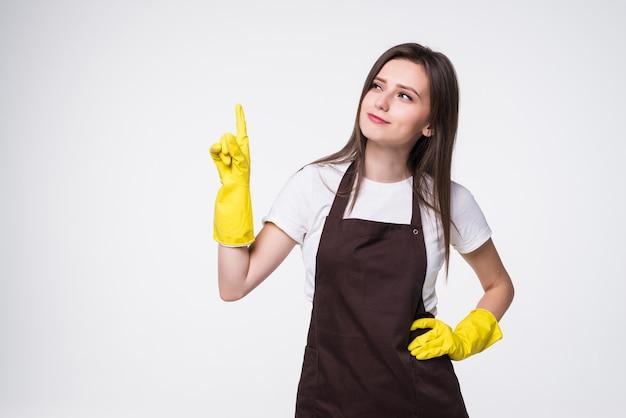 Mujer hermosa joven con guantes limpios apuntando hacia el lado con cara feliz sonriendo de pie