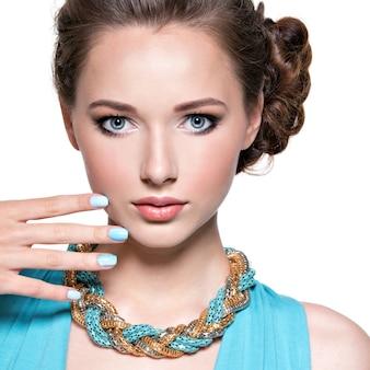 Mujer hermosa joven con joyas.