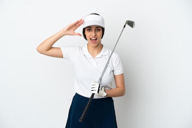 Mujer hermosa joven jugador de golf aislado en la pared blanca con expresión de sorpresa