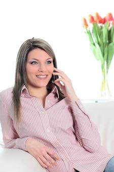 Mujer hermosa joven llamando por teléfono