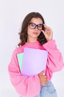 Mujer hermosa joven con maquillaje ligero pecas en suéter en la pared blanca estudiante en gafas sonrisa feliz positivo alegre