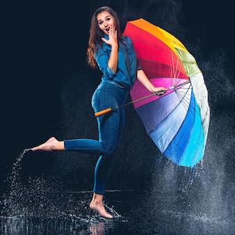 Mujer hermosa joven con un paraguas.
