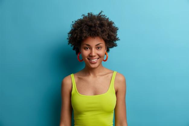 Mujer hermosa joven con pelo rizado aislado