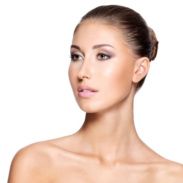Mujer hermosa joven con una piel limpia perfecta, aislada en blanco.