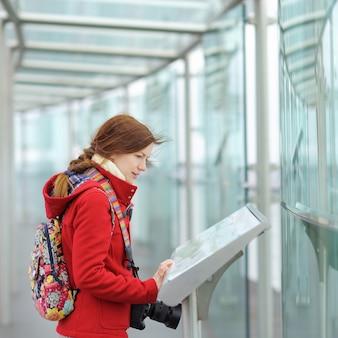 Mujer hermosa joven en plataforma de observación en el edificio de montparnasse en parís, francia