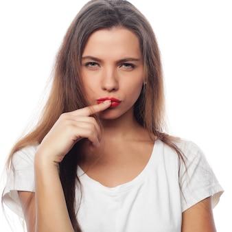 Mujer hermosa joven posando con camisetas blancas, espacio en blanco ower