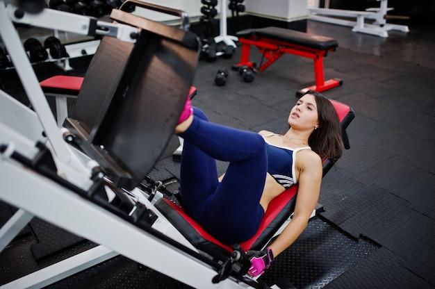 Mujer hermosa joven que hace ejercicios