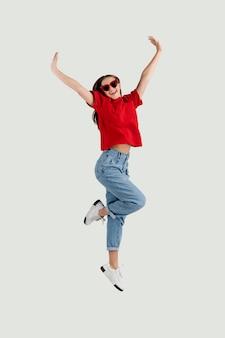 Mujer hermosa joven saltando