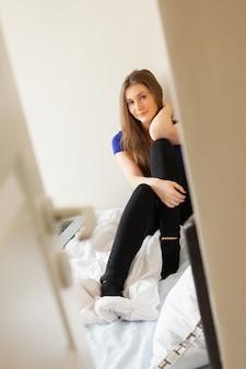 Mujer hermosa joven en su cuarto
