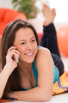 Mujer hermosa joven con teléfono inteligente