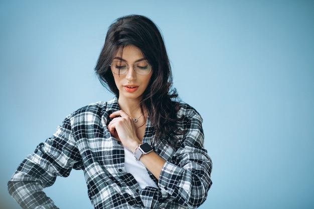 Mujer hermosa joven en traje casual aislado en estudio