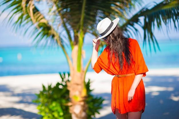 Mujer hermosa joven en vacaciones en la playa tropical