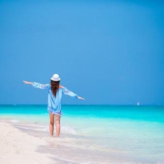 Mujer hermosa joven en vacaciones en la playa