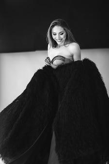 Mujer hermosa joven en vestido hermoso