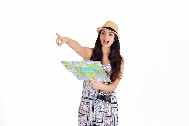 Mujer hermosa joven en un viaje con el mapa.