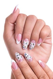Uñas de mujer hermosa con manicura francesa hermosa