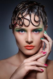 Mujer hermosa con maquillaje artístico