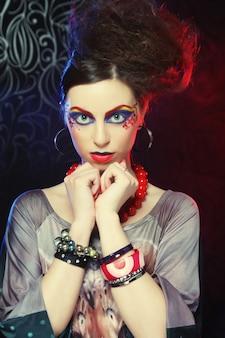 Mujer hermosa con maquillaje brillante