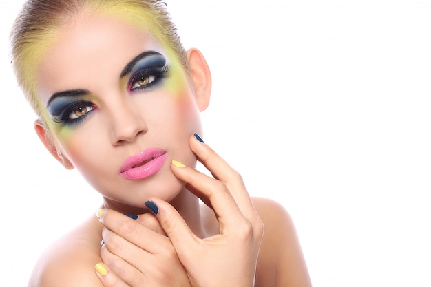 Mujer hermosa con maquillaje colorido