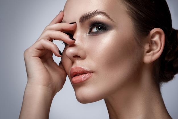 Mujer hermosa con maquillaje elegante