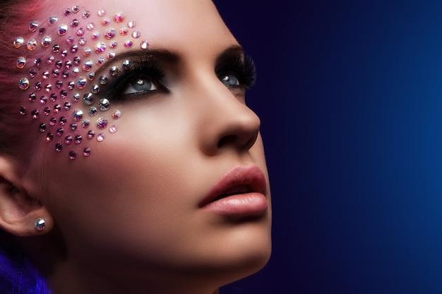 Mujer hermosa con maquillaje de fantasía