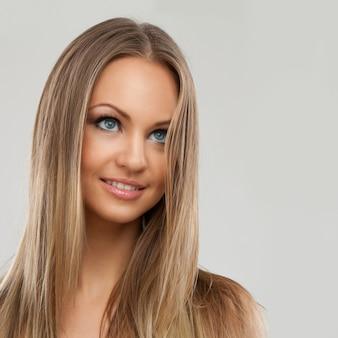 Mujer hermosa con maquillaje natural