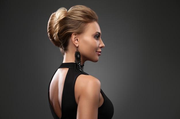 Mujer hermosa con maquillaje de noche. joyería y belleza. foto de moda