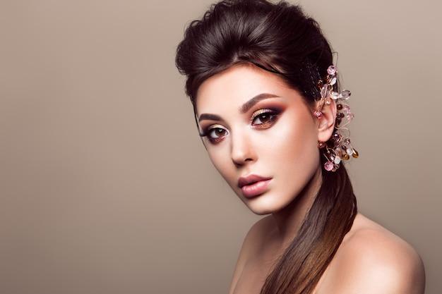 Mujer hermosa con maquillaje profesional