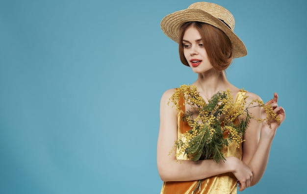 Mujer hermosa mirada atractiva y ramo de flores