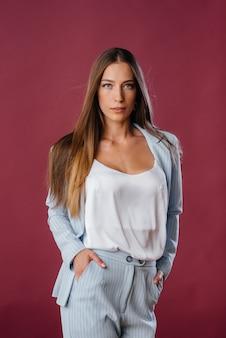 Mujer hermosa de la moda que presenta y que mira