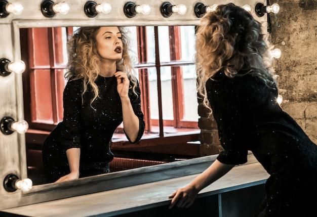 Mujer hermosa modelo posando cerca del espejo