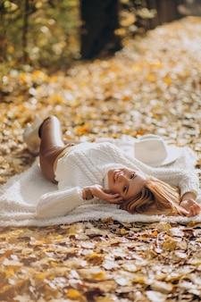 Mujer hermosa en un parque de otoño