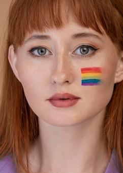 Mujer hermosa pelirroja en el día del orgullo