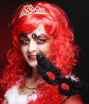 Mujer hermosa pelirroja con máscara.