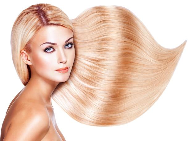 Mujer hermosa con el pelo largo y blanco. closeup retrato de un modelo sobre espacio en blanco