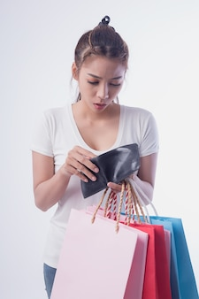 Mujer hermosa que abrió la billetera con pánico después de ir de compras hasta el final.
